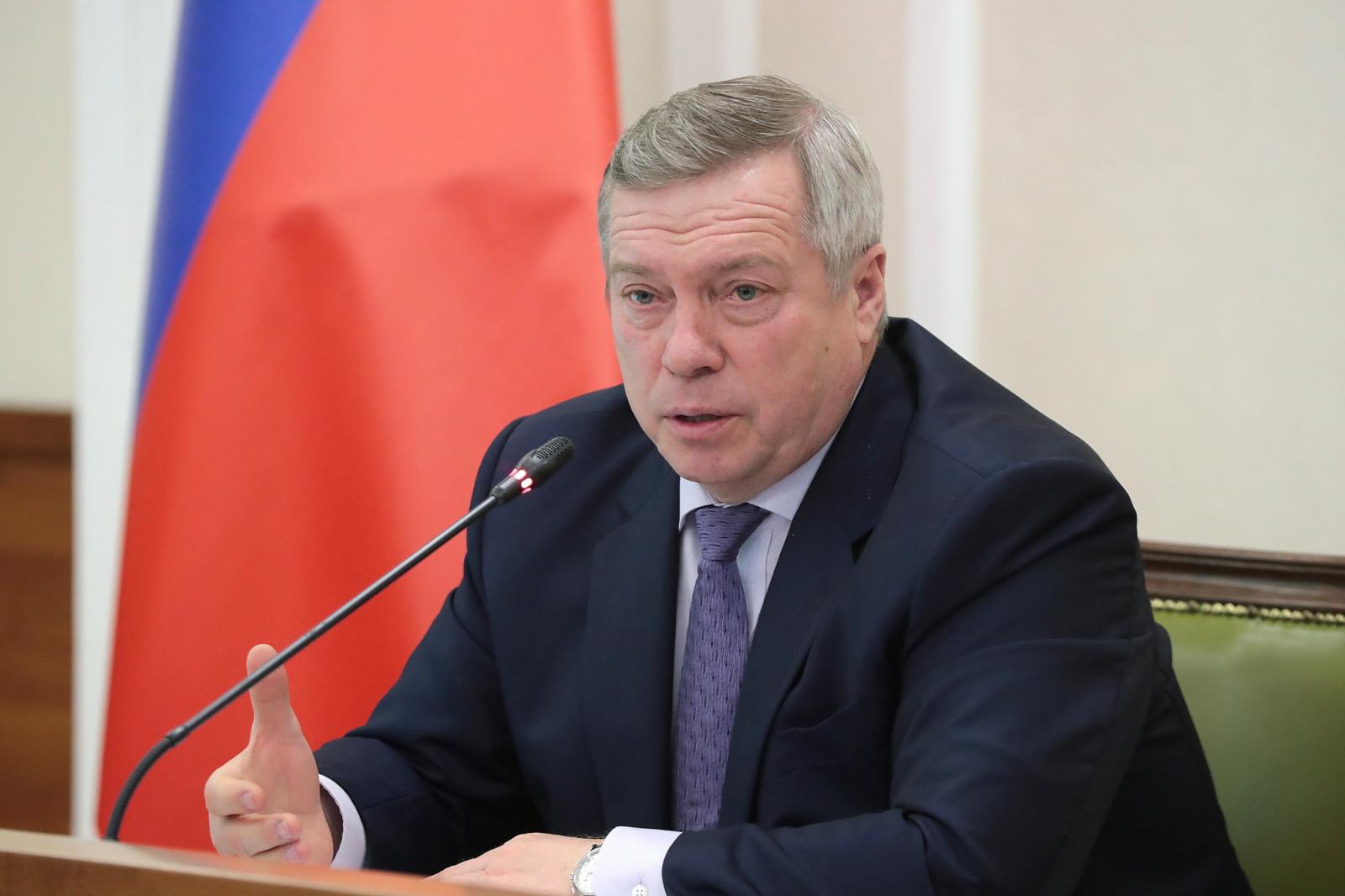 Василий Голубев поручил проконтролировать своевременность и полноту выплат донским медикам