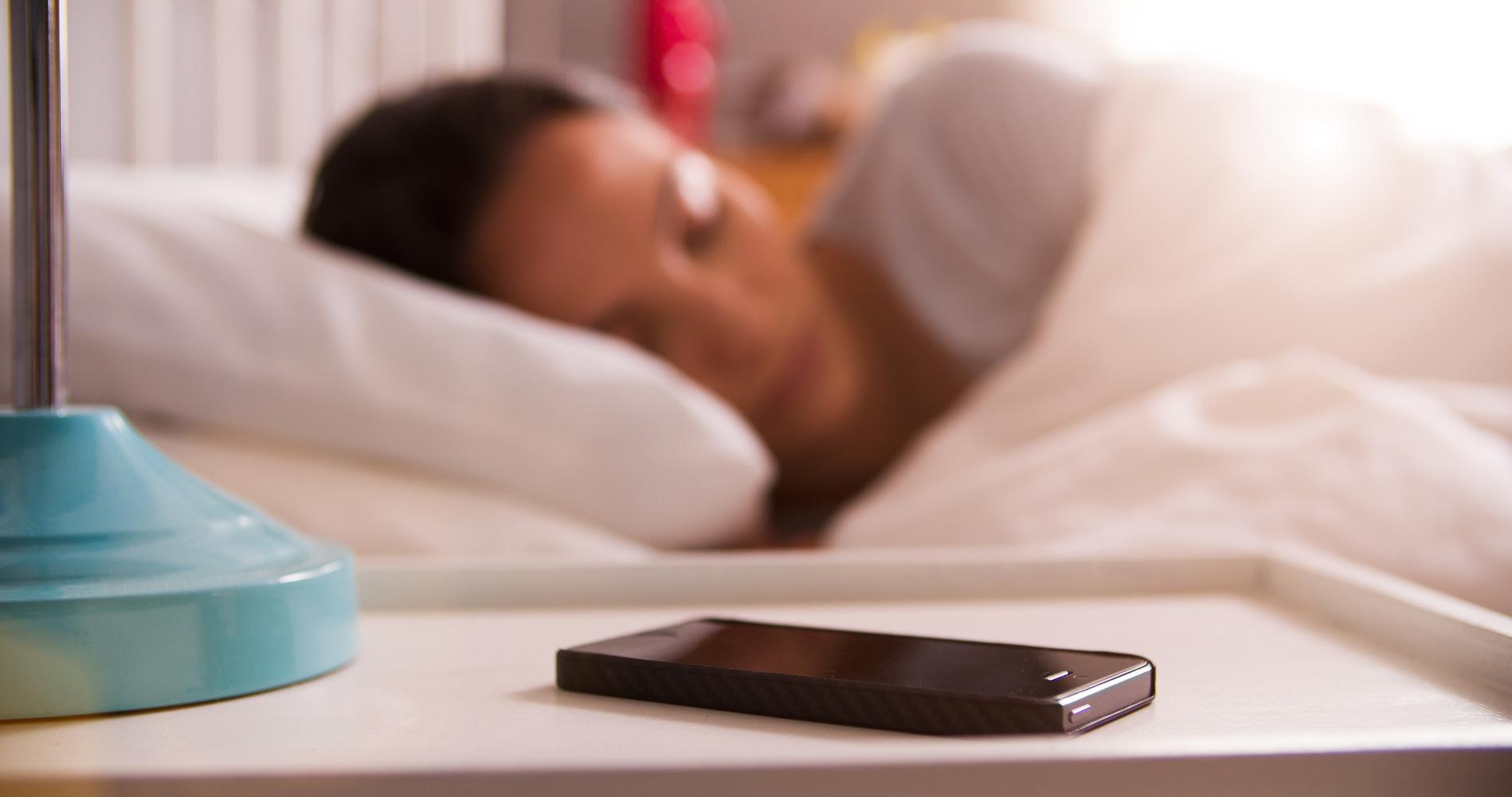 Зачем выключать смартфон на ночь