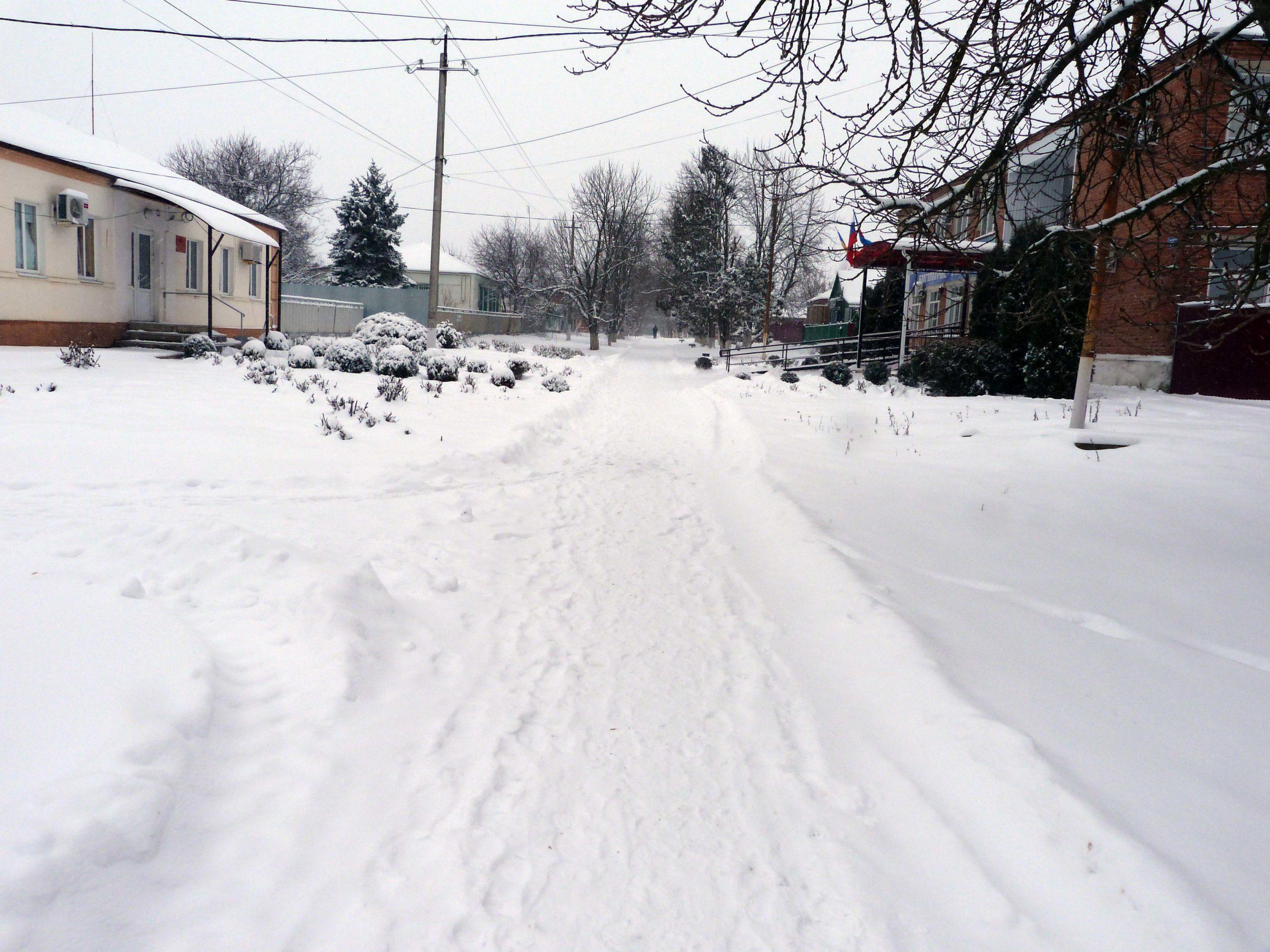 В Егорлыкском районе снег чистит и техника, и егорлычане
