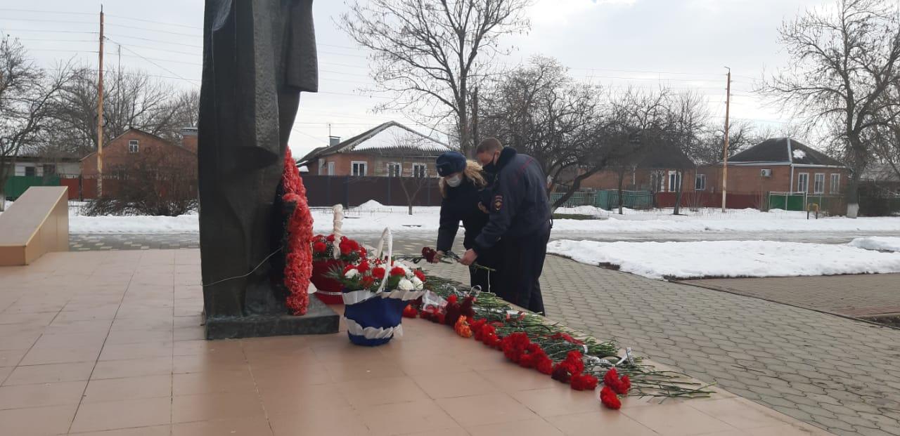 Егорлыкские полицейские возложили цветы в честь освобождения ст. Егорлыкской