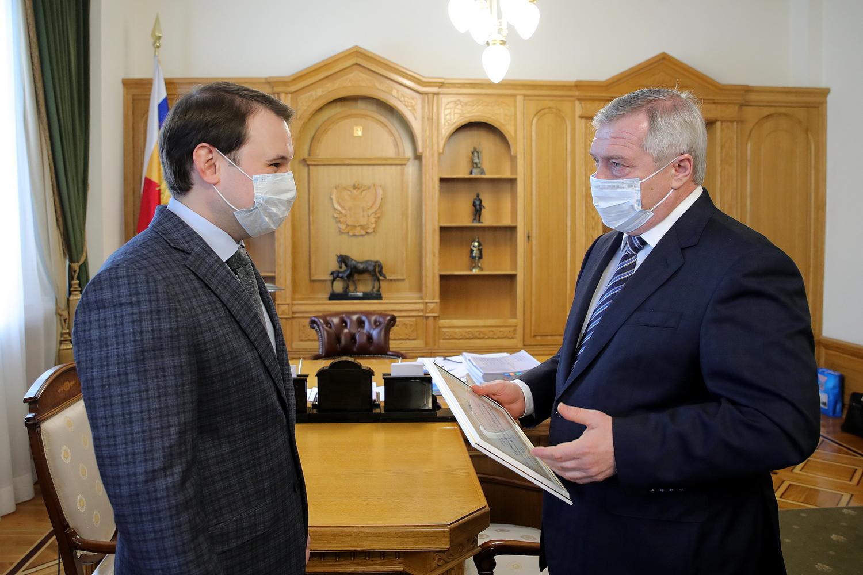 Губернатор Дона вручил «Учителю года-2020» сертификат на квартиру