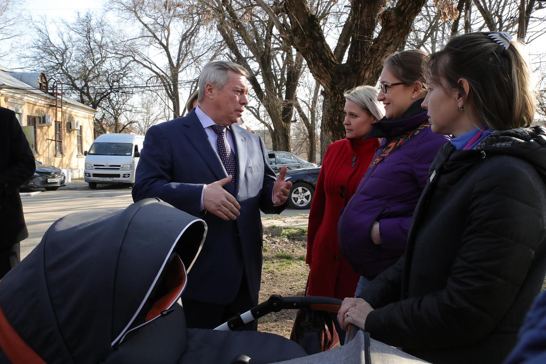 Василий  Голубев внес в Заксобрание проект об изменении правил выплат на детей от 3 до 7 лет